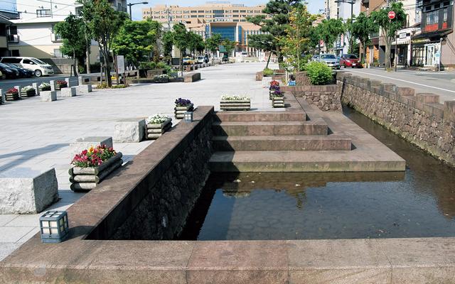 金沢大学病院前広見の戸室石の水辺